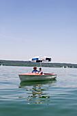 Bayern, Deutschland, Starnberg, Starnberger See, Elektroboot, Leoni, Paar, Mann, Sonnenschirm, See, Spiegelung, wolkenlos, sonnig, blauer himmel