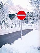 Stoppschild im Schnee, Deutschland, Alpen, Berge, Rot, Signalfarbe, Durchfahrt verboten, Schneelandschaft, verschneit, Verkehrsregeln, Winter