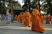 Shaolin Buddhist monk watches Kung Fu students, Shaolin Monastery, known for Shaolin boxing, Taoist Buddhist mountain, Song Shan, Henan province, China, Asia