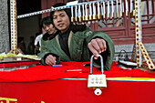 Verkäufer, Glücksschlösser, Taishan,Verkäufer von Vorhängeschlössern, werden auf dem Gipfel an Ketten angeschlossen, sollen Glück bringen für die Ehe, Lebensbund, Taishan, Provinz Shandong, Taishan, Provinz Shandong, UNESCO Weltkulturerbe, China, Asien