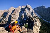 Hiker at Stripsenkopf with view to Stripsenjoch and Predigtstuhl, Fleischbank, Totenkirchl, Kaiser Mountain Range, Tyrol, Austria
