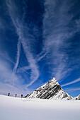 Drei Personen beim Aufstieg zum Gipfel, Skitour, Stubai, Tirol, Österreich