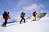 Drei Personen beim Aufstieg, Skitour, Stubai, Tirol, Österreich