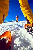 Zwei Leute beim Wandern, Schneeschuhwanderung, Serfaus, Tirol, Österreich