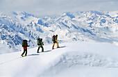 Drei Personen machen eine Skitour, Stubai, Tirol, Österreich