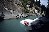 Abenteuerurlaub, Touristen fahren mit einen Schnellboot, Shotover Jet, Shotover River, in der Nähe von Queenstown, Südinsel, Neuseeland