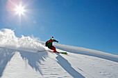 Ein junger Skifahrer, ein Freerider macht eine Kurve im Tiefschnee am Säntis, Appenzell, St. Gallen, Toggenburg, Ostschweiz, Schweiz, Alpen