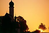 Silhouette von einem Kirchturm bei Sonnenuntergang, Chiemgau, Chiemsee, Bayern, Deutschland, Europa