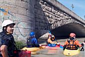 Kayakfahren auf der Isar an der Wittelsbacher Brücke, Muenchen, Munich, Bayern, Deutschland, Reise, Hochwasser