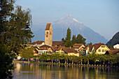 Blick auf Unterseen, Interlaken, Berner Oberland, Kanton Bern, Schweiz
