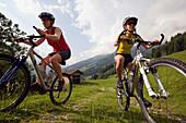 Zwei Frauen beim einem Mountainbike Tour, Amoseralm, Dorfgastein, Gasteiner Tal, Salzburg, Österreich