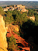 Ochre quarry Chaussee des Geants and village in the sunlight, Roussillon, Vaucluse, Provence, France, Europe
