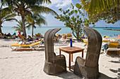 Tisch und Stühle an der Moomba Beach Bar am Palm Beach, Aruba, ABC-Inseln, Niederländische Antillen, Karibik