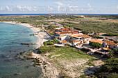 Luftaufnahme von Häusern am Meer und dem Arashi Beach, Aruba, ABC-Inseln, Niederländische Antillen, Karibik