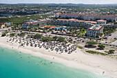 Luftaufnahme des La Cabana Resort am Eagle Beach von Aruba, ABC-Inseln, Niederländische Antillen, Karibik