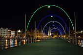 Die Queen Emma Pontonbrücke bei Nacht, Verbindung zwischen Otrabanda und Punda, Willemstad, Curacao, ABC-Inseln, Niederländische Antillen, Karibik