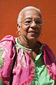 Traditionell gekleidete Frau in Punda, Willemstad, Curacao, ABC-Inseln, Niederländische Antillen, Karibik