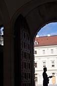 Deutschland, Thüringen, Weimar, blauer Himmel, sonnig, Gegenlicht, schwarz, dunkel, einsam, einzeln, Tor, Haus, Mensch, Mann, Fenster