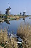 Windmühlen und ein Boot im Schilf, Kinderdijk, Niederlande, Europa