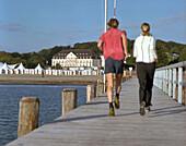 Jogger auf Seebrücke, morgens, Strand vor dem Wellnesshotel Arosa, Travemünde, Schleswig-Holstein, Deutschland