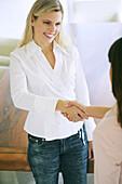 Zwei Frauen schütteln sich die Hand, People, Home, Business