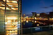 A restaurant, gastronomy, in the Media Harbour bei Nacht, modern architecture, Düsseldorf, state capital of NRW, North-Rhine-Westphalia, Germany