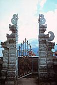 Tempeltor, Kintamani, Bali, Indonesien, Asien, offenes Tor, verziert, Blick in die Ferne, Weg, Bergkulisse