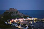 Hafen von Gorey bei Nacht mit Orgeuil Castle, Sehenswürdigkeit, Jersey, Kanalinseln, Großbritannien
