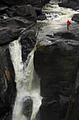 Ein Mensch schaut sich einen Wasserfall an, Madagaskar, Afrika