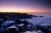 Abendstimmung an der Kampenwand, Nebelmeer im Priental und über dem Alpenvorland, Chiemgau, Oberbayern, Bayern, Deutschland