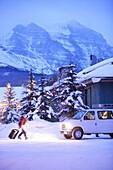 Skifahrer und Bus vor Gasthof, Lake Louise Inn, Lake Louise, Alberta, Kanada