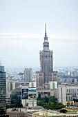 Historische Gebäude stehen neben modernen Hochhäusern im Stadtzentrum, Warschau, Polen