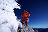 Bergsteiger auf einem Grat, Ehrwald, Wettersteingebirge, Tirol, Österreich
