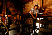 Mann repariert eine Glocke im Kirchturm in Friedrichroda, Thüringen; Deutschland