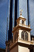 Historisches Gebäude und Hochhaus, Old State House und Exchange Place, Boston, Massachusetts, USA
