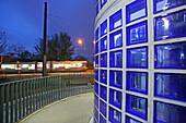 öffentlicher Nahverkehr Hannover, Stadtbahnstation, Bahnhof Nordstadt, Blaues Wunder, blau, Glasbausteine, Nachtaufnahme, Architekt Hansjörg Göritz, Deutsche Bahn