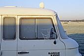 DDR-Fahrzeug, Rauhreif, alter Trabant, Barkas, Lieferwagen, Rauhreif, morgens, Spiegel, Außenspiegel, Spinnweben, Eis, kalt, gefroren, weiß