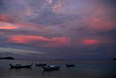 Abendhimmel und Boote vor dem Strand beim Dorf Ko Lipe, Satun, Thailand