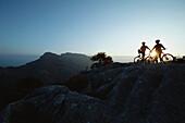 Zwei Mountainbiker im Sonnenuntergang, Torrent de Pareis, Mallorca, Ballearen, Spanien