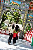 Women in Haw Par Villa, Chinese Sculpture Park, Singapur