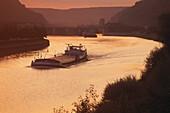 Frachter fährt auf dem Rhein-Main-Donau-Kanal im Abendrot, Niederbayern, Bayern, Deutschland
