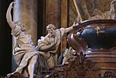 Skulpturen zweier Apostel am Sarkophag Marias, Detail am barocken Hochaltar in der Abteikirche in Rohr, Niederbayern, Bayern, Deutschland