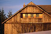 Winterlandschaft mit Holzhaus, Altes Waldlerhaus, Filipova Hütte, Sumava, Böhmerwald, Tschechien