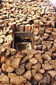 Feuerholzstoß, Ein Stoß Feuerholz, Holzschnitzer Tittl & Sohn, Horska Kvilda, Sumava, Böhmerwald, Tschechien
