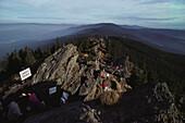 Wanderer passieren Bergkamm an der Grenze zur Tschechischen Republik, Bayerischer Wald, Oberpfalz, Bayern, Deutschland