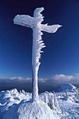 Schneeverkrustetes Gipfelkreuz auf dem Großen Arber, Bayerischer Wald, Niederbayern, Bayern, Deutschland