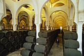 In langen Reihen aufgestapelte Sherry Fässer und Hufeisenbögen im riesigen Weindepot La Mezquita, Bodegas Pedro Domeq, Jerez de la Frontera, Provinz Cádiz, Andalusien. Spanien