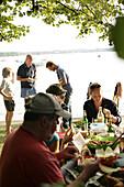 Leute am Seeufer beim Grillen, Wörthsee, Oberbayern, Bayern, Deutschland