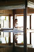 Frau beim Meditieren, Spiegelung im Wasser, Wellness, Gesundheit, Entspannung