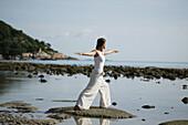 Frau am Meer bei Meditation, Wellness, Entspannung, Spiritualität, Thailand